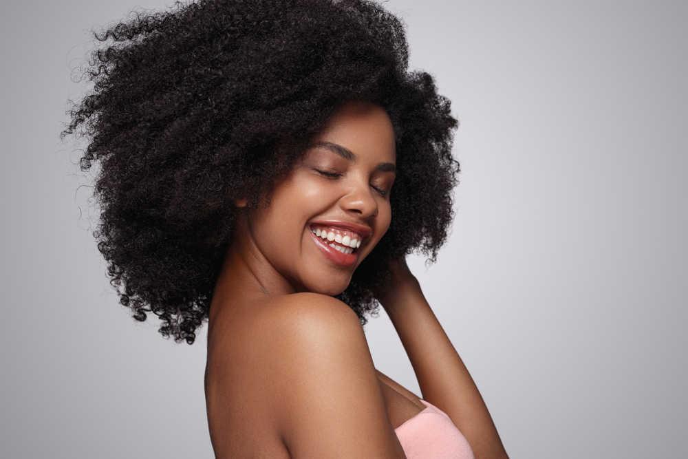 La sonrisa marca la belleza física de los seres humanos